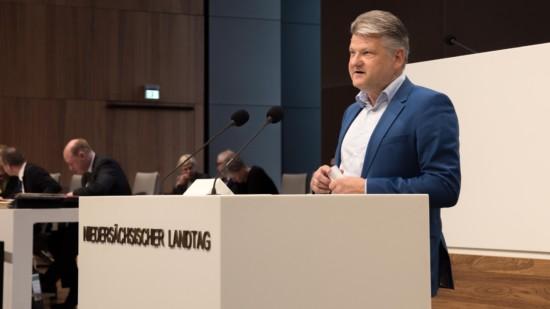 Stefan Politze während einer Plenardebatte