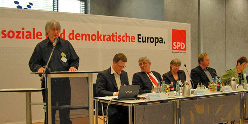 """Nils Johannsen (Bündnis """"NEUE IGS - JETZT!"""") bei seiner Rede"""